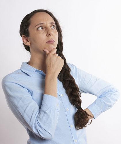 Femme qui se pose une question sur le SEO !