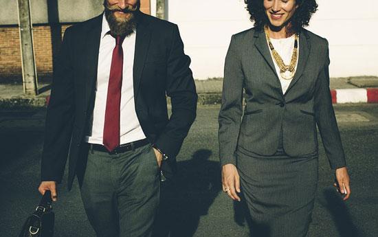 Homme et femme allant au travail